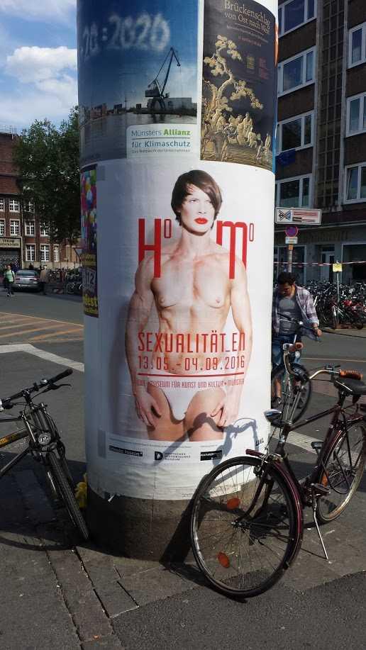 Ausstellung Homosexualität_en in Münster 2016, Plakat am Bahnhof