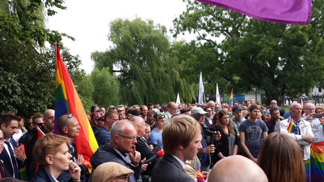 Mahnwache Opfer von Orlando - mehrere Hundert Teilnehmer in Hamburg