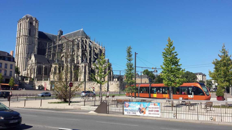 Strassenbahn vor der Kathedrale von Le Mans