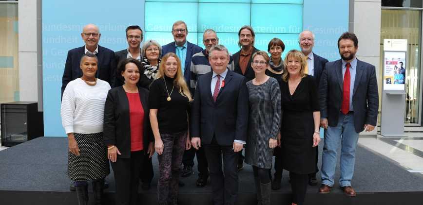 Nationaler AIDS Beirat abgeschafft : Bundesgesundheitsminister Hermann Gröhe mit den Mitgliedern des Nationalen AIDS-Beirats bei ihrer letzten gemeinsamen Sitzung am 21.11.2016 ((c) BMG/Schinkel)