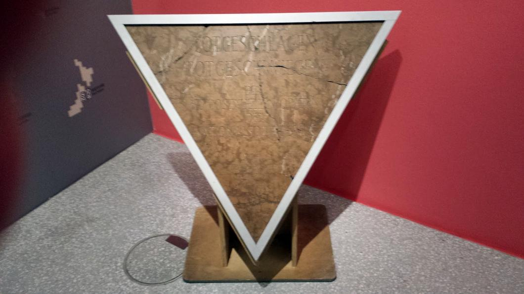 Dachau Homosexuelle - die erste für die KZ-Gedenkstätte Dachau erstellte Gedenktafel an homosexuelle NS-Opfer