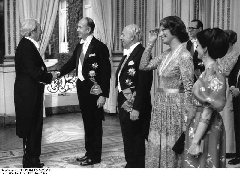 von links: Prof. Carlo Schmid, Präsident Giscard d'Estaing, Bundespräsident Walter Scheel, Frau Dr. Mildred Scheel (Foto: Bundesarchiv, B 145 Bild-F045405-0021 / Wienke, Ulrich / CC-BY-SA 3.0)