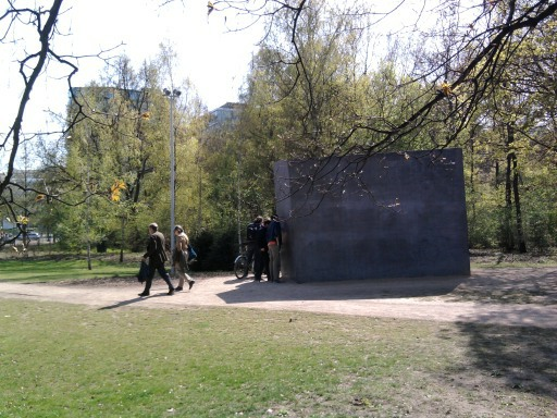 Beleuchtung am Denkmal für die im Nationalsozialismus verfolgten Homosexuellen