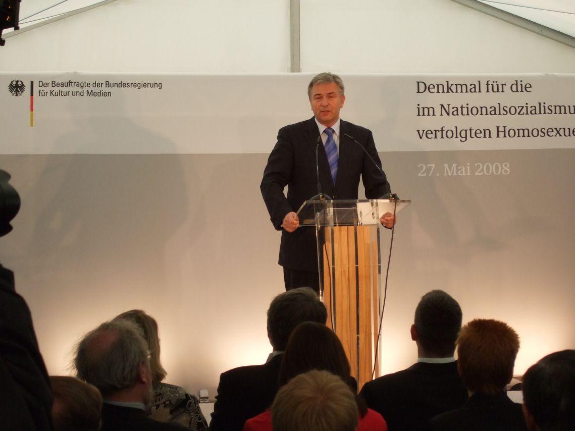 Klaus Wowereit bei der Einweihung des Denkmals für dfie im Nationalsozialismus verfolgten Homosexuellen