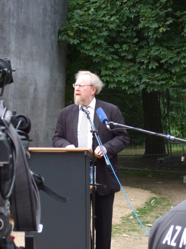 Wolfgang Thierse bei der Einweihung des denkmals für dfie im Nationalsozialismus verfolgten Homosexuellen