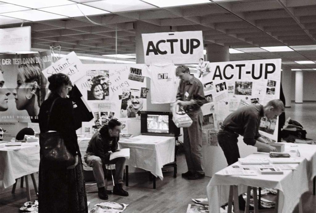 Stand von ACT UP, rechts Andreas Salmen (Foto © Florian Wüst, 1990 )