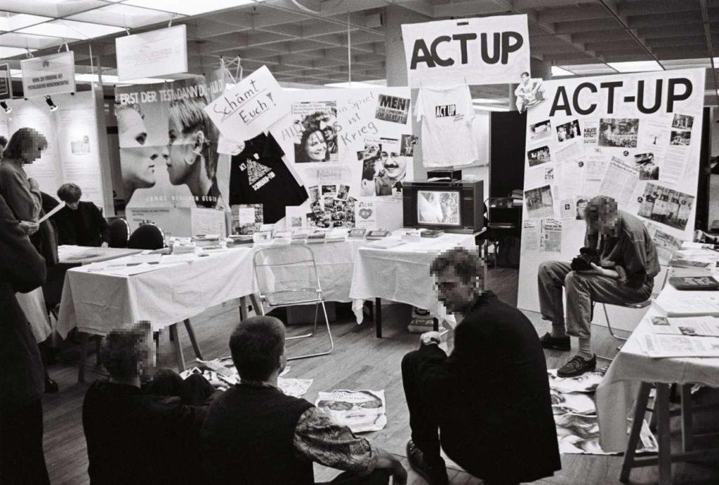 Stand von ACT UP beim Aids-Kongress 1990 in Hamburg (Foto © Florian Wüst, 1990 )