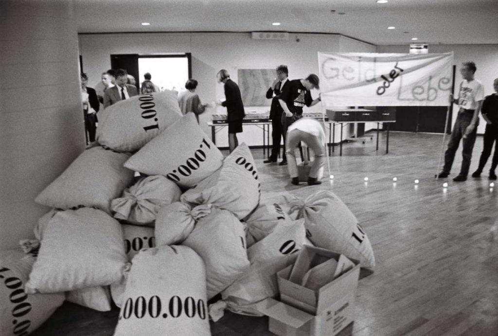Geldsack-Aktion gegen die AZT Preispolitik. ACT UP 1990 in Hamburg (Foto © Florian Wüst, 1990 )