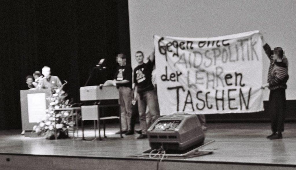'Gegen eine AIDS-Politik der LEHRen Taschen - ACT UP Proteste gegen die Aidspolitik der damaligen Bundesgesundheitsministerin Lehr (Foto © Florian Wüst, 1990 )