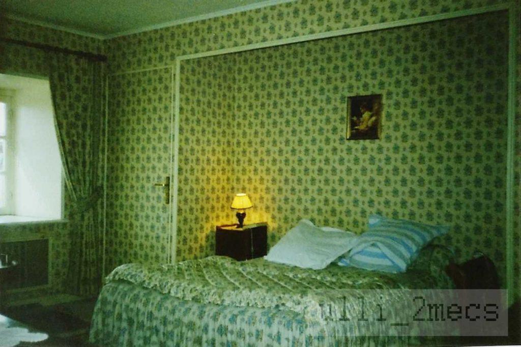 Hotelzimmer in der Bretagne März 1990 Foto Ulrich Würdemann CC BY 4.0)