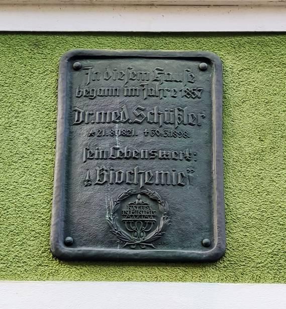 Schüßler in Oldenburg - Gedenktafel an einem Wohnhaus in Oldenburg  Kurwickstrasse